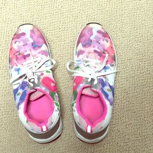 Vionic sneakers size 9.5
